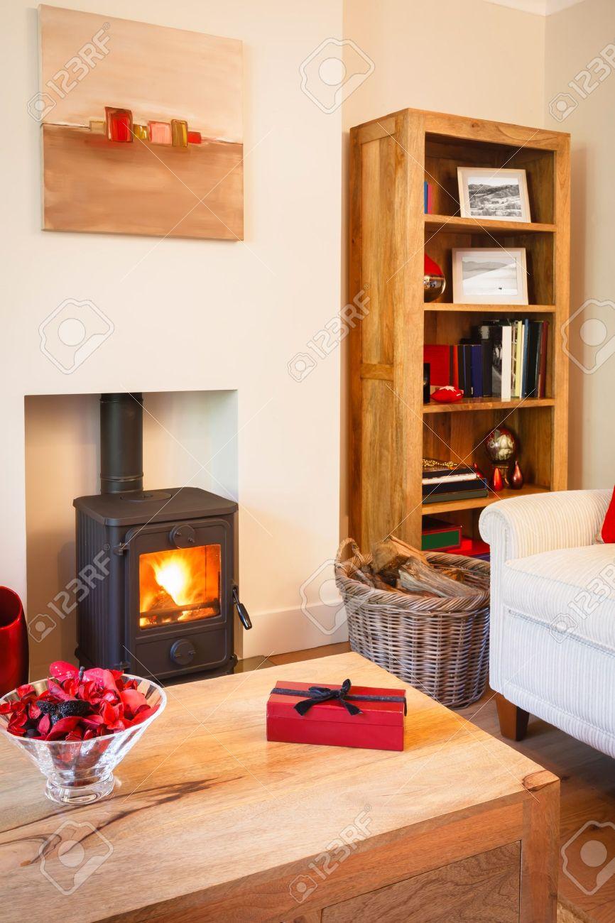 Moderne gezellige woonkamer met neutrale kleuren, houten meubels ...