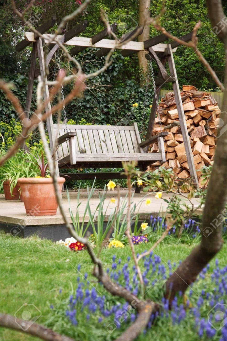Relajante Jardín De Verano Patio Con Flores Y Una Banqueta Abatible ...