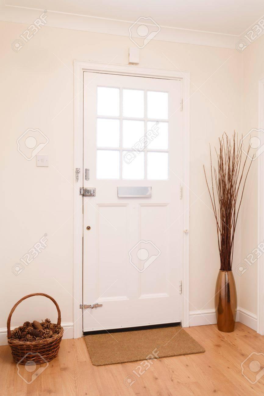 Moderner Flur In Einem Haus Mit Einem Weißen Haustür Lizenzfreie ...