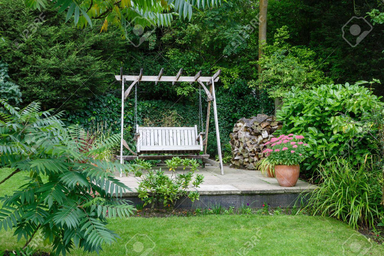 Tienda En El Jardín Y Patio Con Muebles De Una Casa Británica Fotos ...