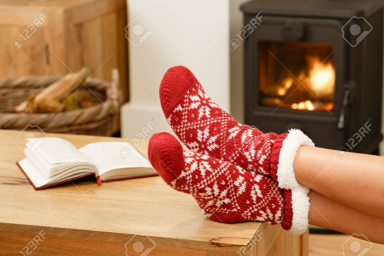 prix compétitif ef1bb 2b811 Femme dans les chaussettes de Noël de détente à côté d'un poêle à  combustion du bois