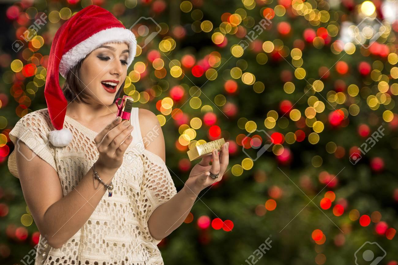 Weihnachtsgeschenk - Frauenöffnungsgeschenk überrascht Und Glücklich ...
