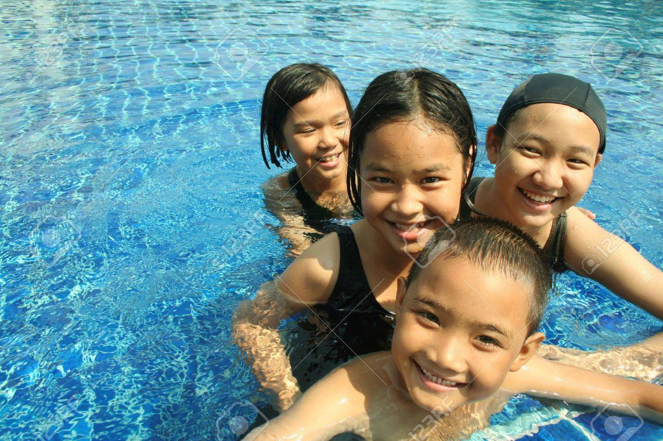 Group of children playing in the pool - 21889592