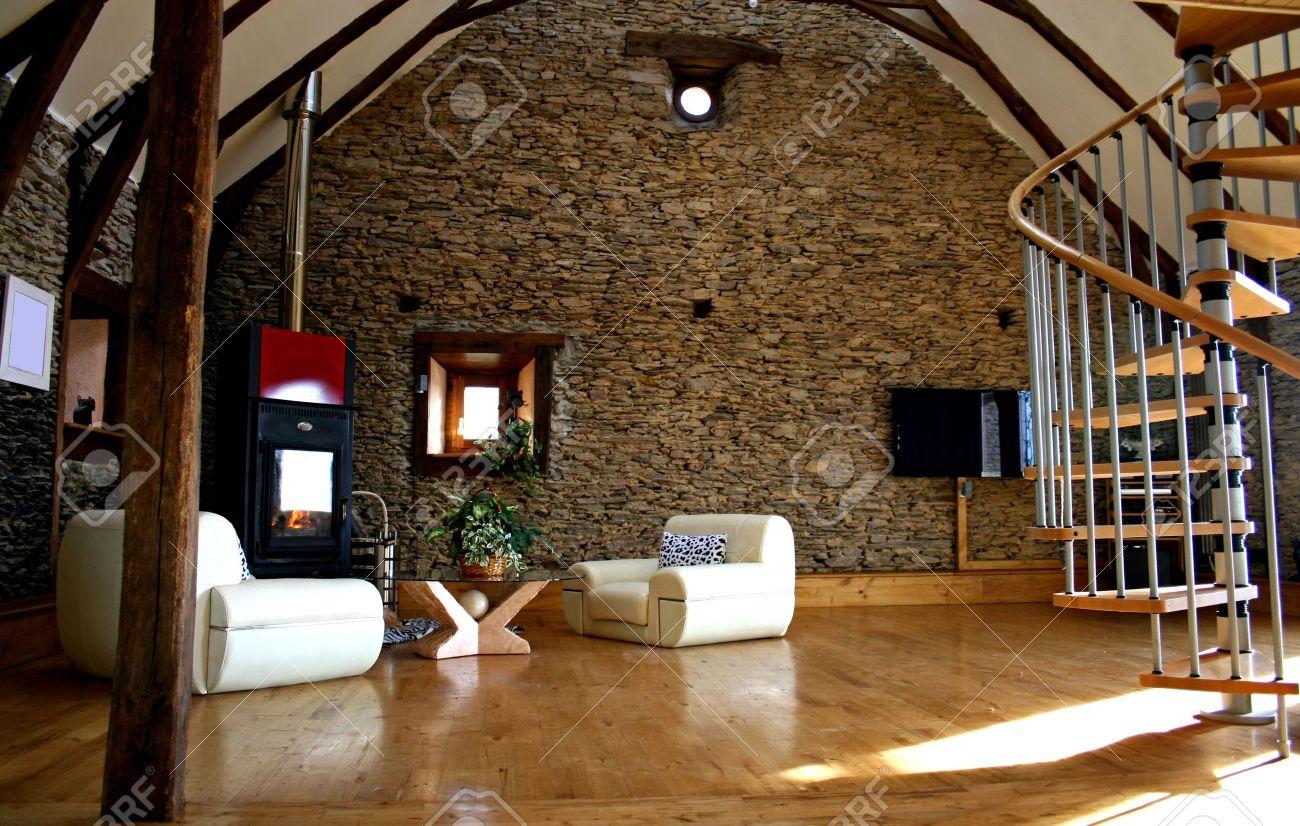 Gezien woonkamer met open haard en de oude stenen muur en moderne ...