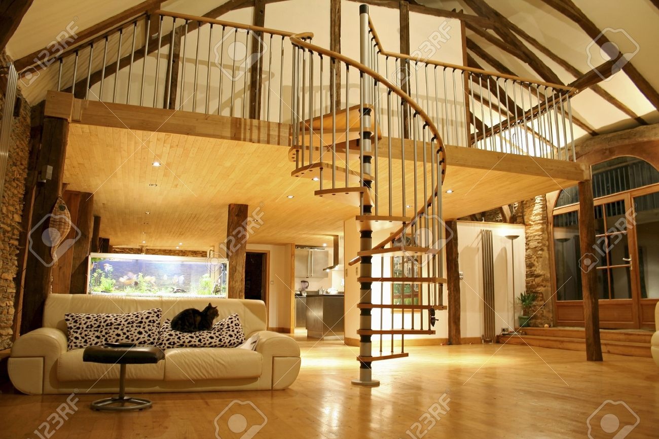 Espace Ouvert De Salon Et Le Deuxième étage Mezzanine, Dans Une ...