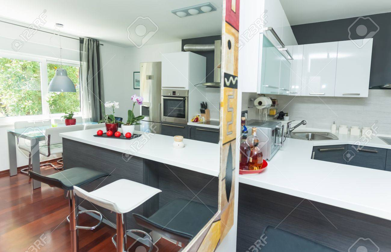 Intérieur moderne de cuisine ouverte et salon banque d'images et ...