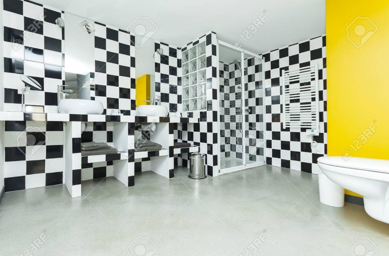 Cuarto de baño moderno con azulejos en blanco y negro a cuadros en las  paredes