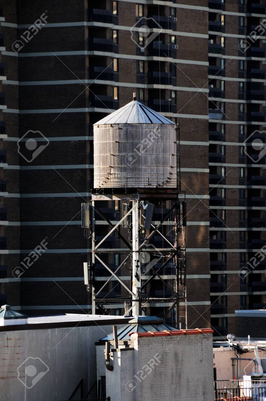 A Watertower in Manhattan Stock Photo - 12408281