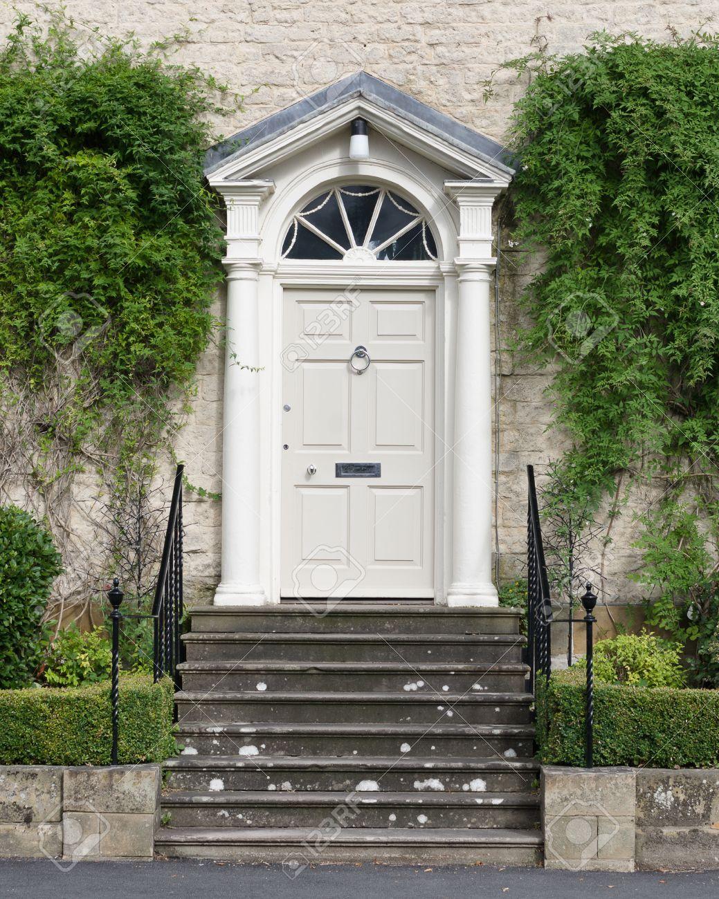 Entrée De Maison Avec Marche maison élégante géorgienne formelle entrée avec marches, rails latéraux et  plantes.