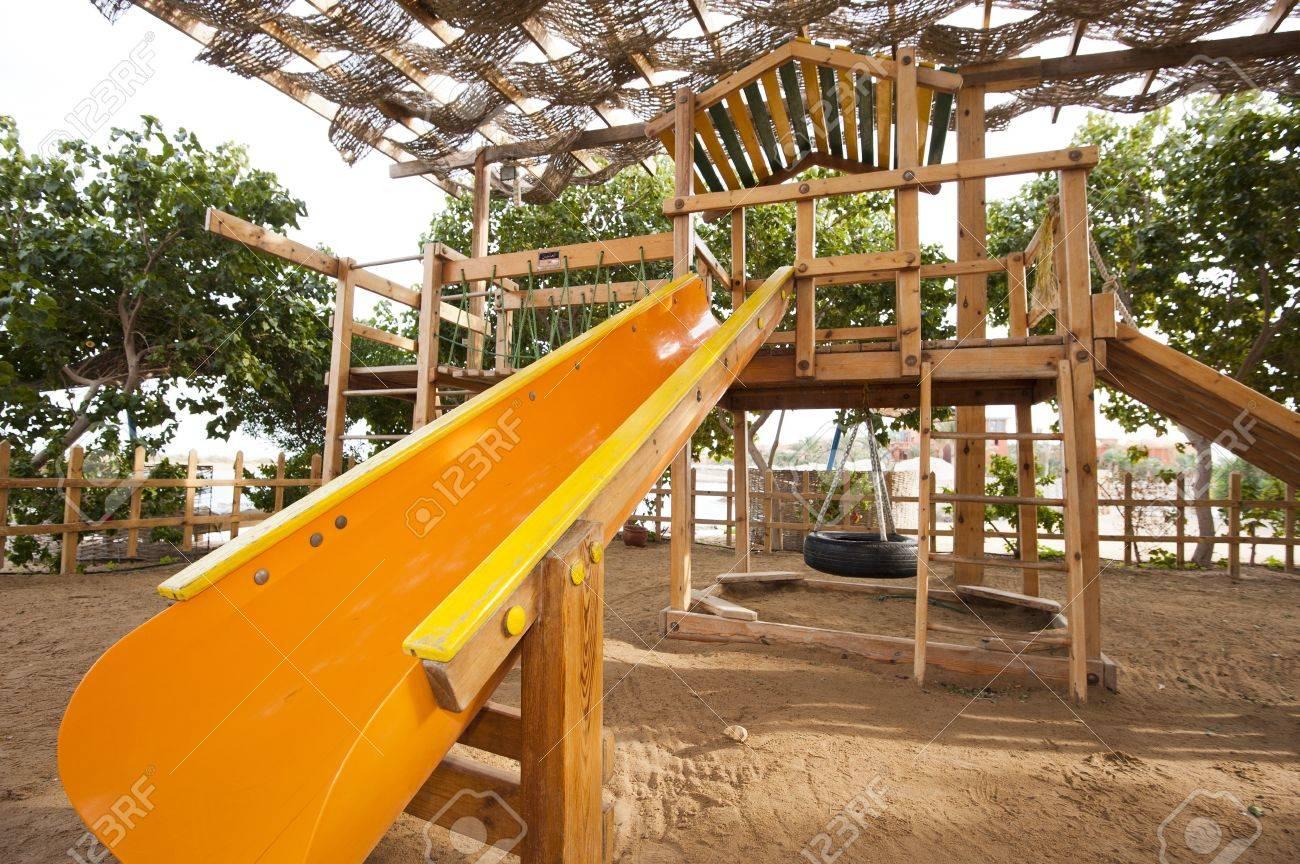 Klettergerüst Mit Rutsche : Childrens hölzerne klettergerüst mit rutsche auf einem spielplatz im