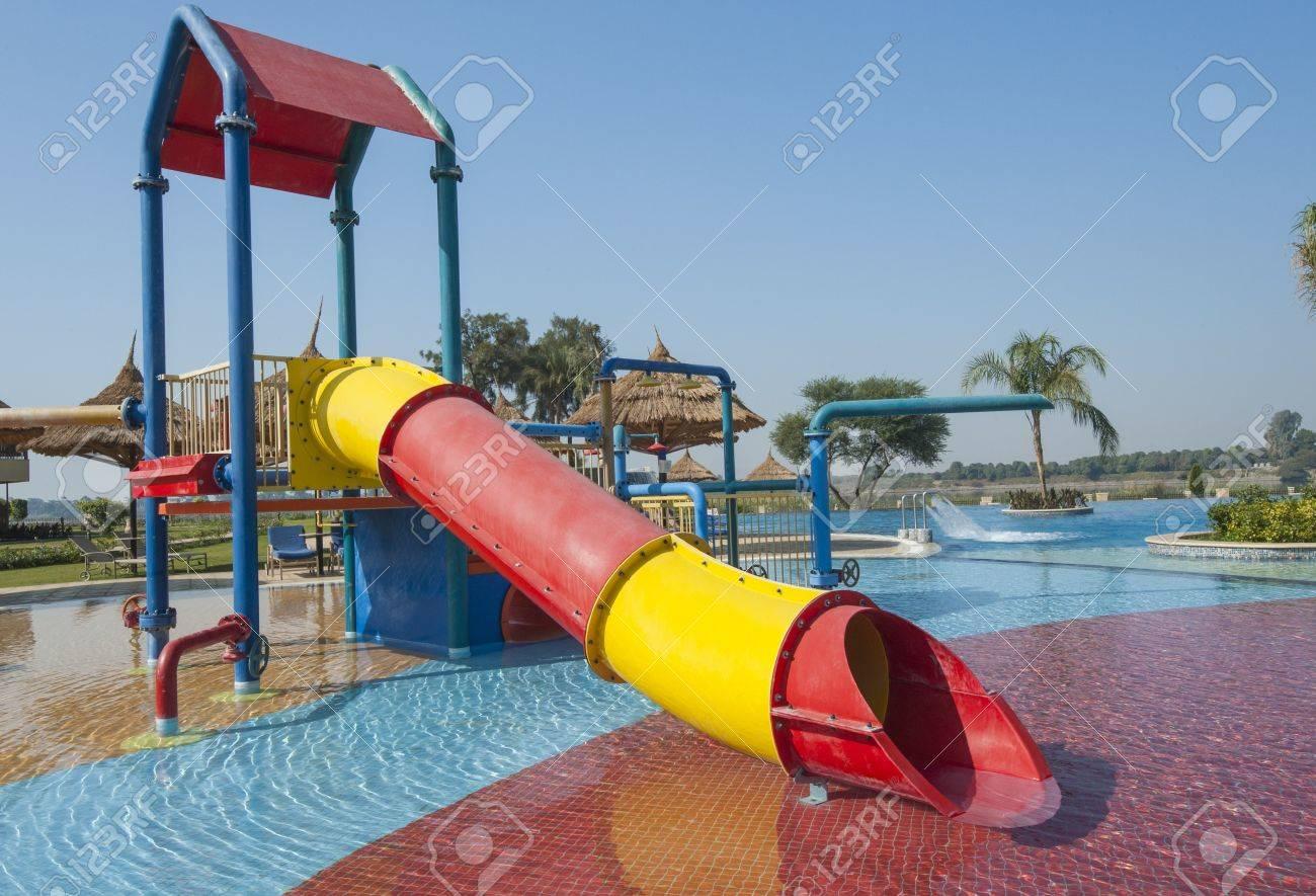 Klettergerüst Mit Rutsche : Klettergerüst und rutsche in kinderspielbereich eines flachen pool