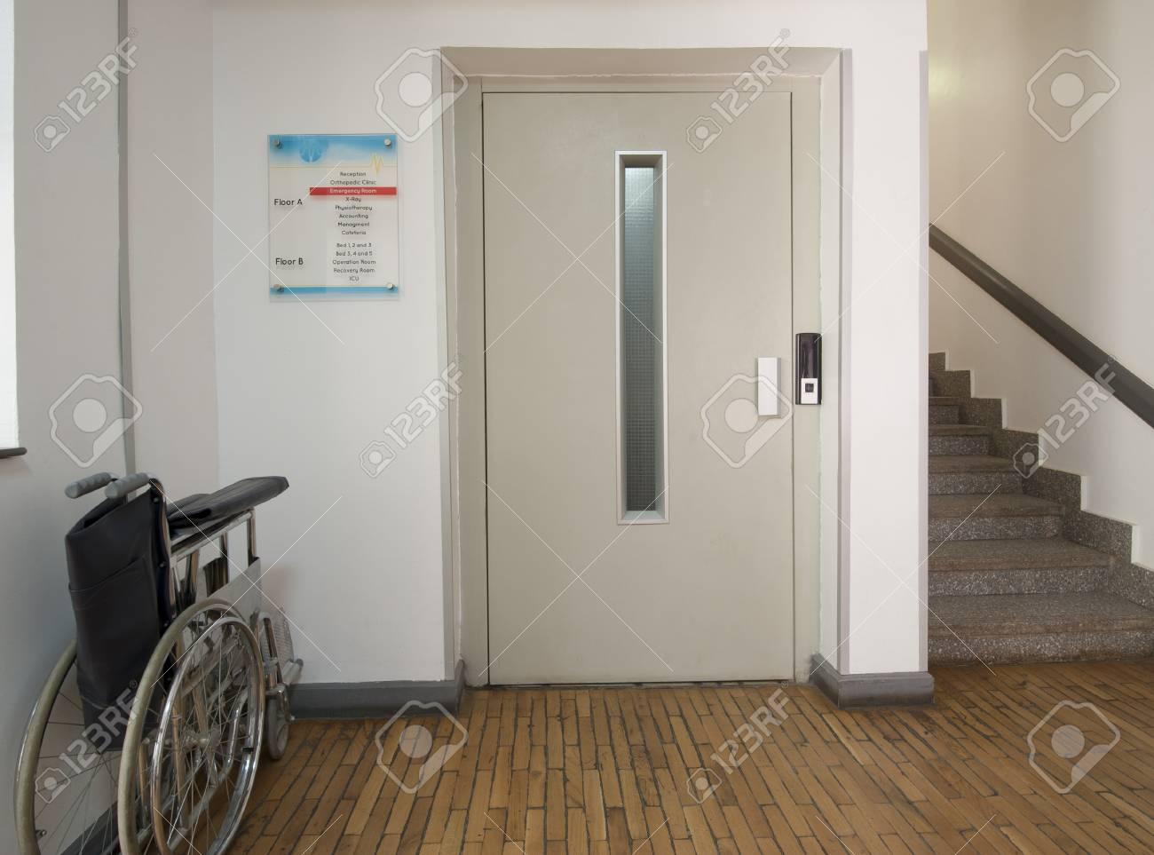 Hall d\'entrée dans un centre médical avec ascenseur et fauteuil roulant