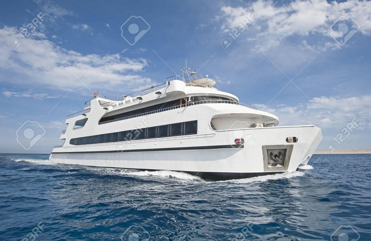 Katamaran segeln luxus  Große Stahl Luxuriöse, Private Motoryacht Katamaran Segeln Auf Dem ...