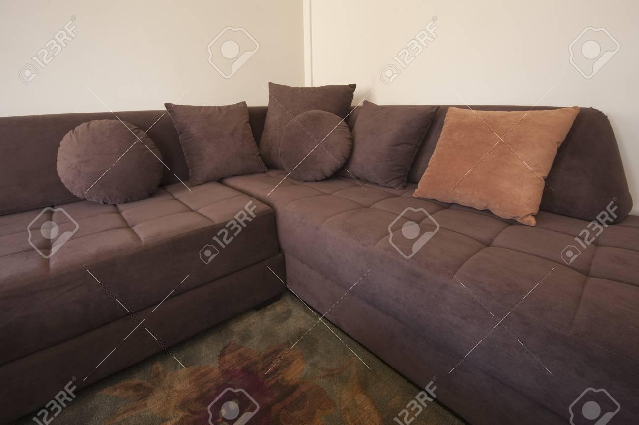 Große Braune L-förmigen Sofa In Einem Wohnzimmer Lizenzfreie Fotos ...