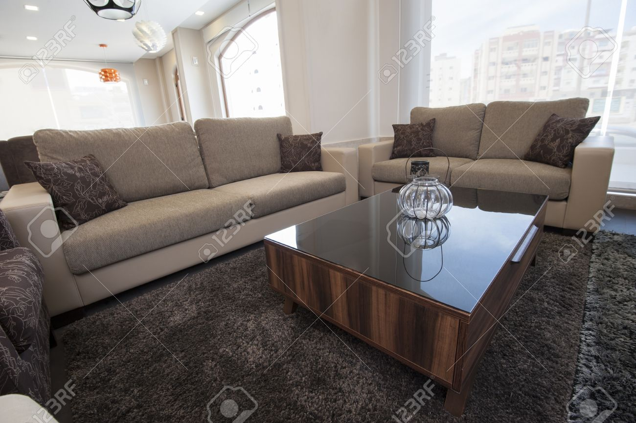 Twee bruine banken in woonkamer meubels modelwoning met salontafel ...