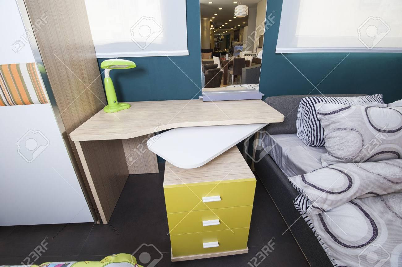 Enfants chambre à coucher avec bureau en salon du meuble à la maison