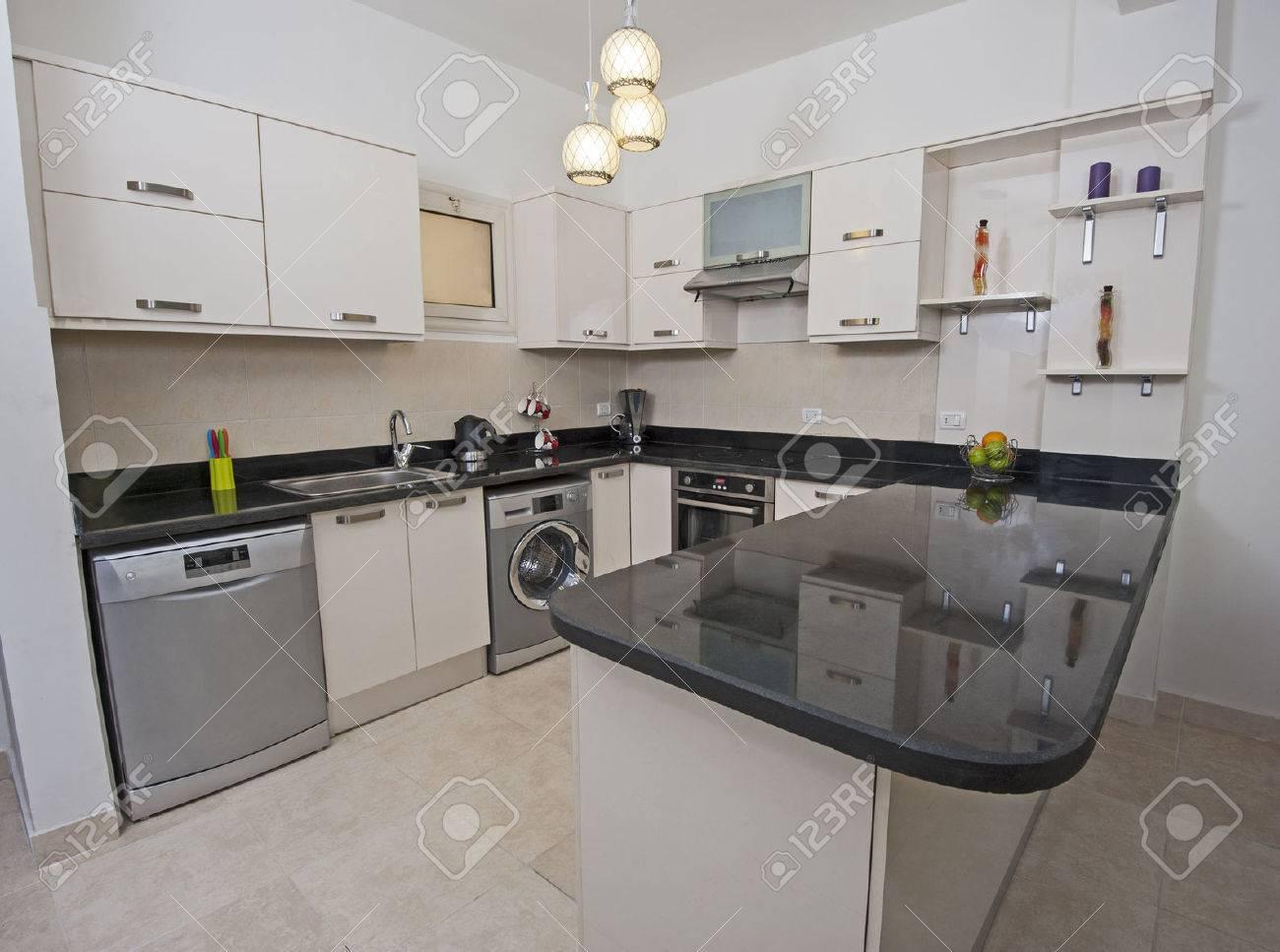 Cocina Estilo Americano De Apartamento De Lujo Que Muestra El Diseño ...