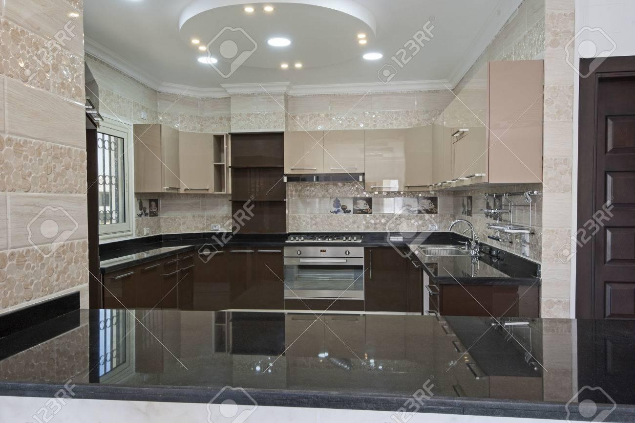 Küche Im Amerikanischen Stil Fläche Von Einem Luxus Apartment, Das  Innendesign Standard Bild