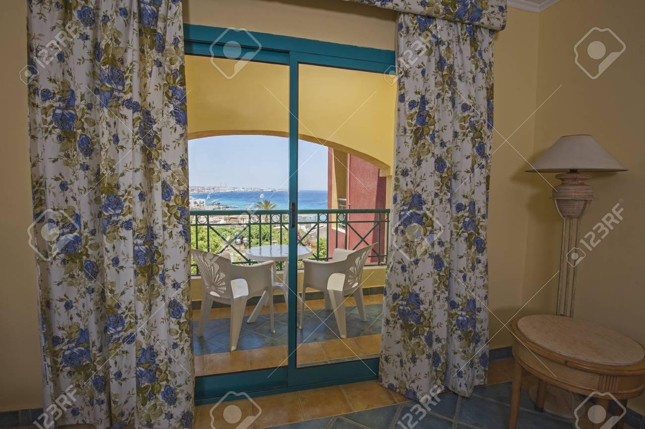 Fantastisch Interior Design Eines Tropischen Luxus Hotelanlage Schlafzimmer Mit Balkon  Und Meerblick Standard Bild
