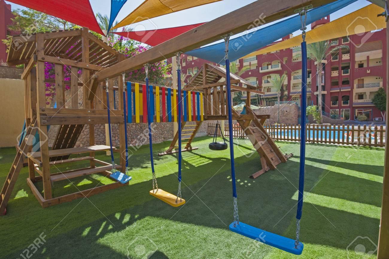 Klettergerüst Reifen : Childrens im freien spielplatz am tropischen hotelanlage mit