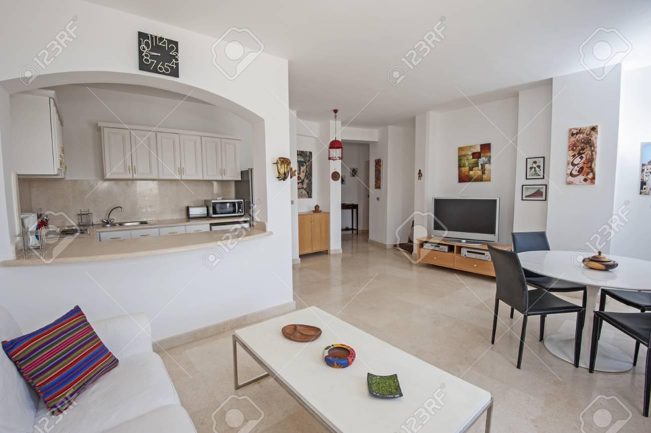 Salón de cocina y comedor en el salón de lujo casa de apartamentos que  muestra el diseño interior decoración de muebles