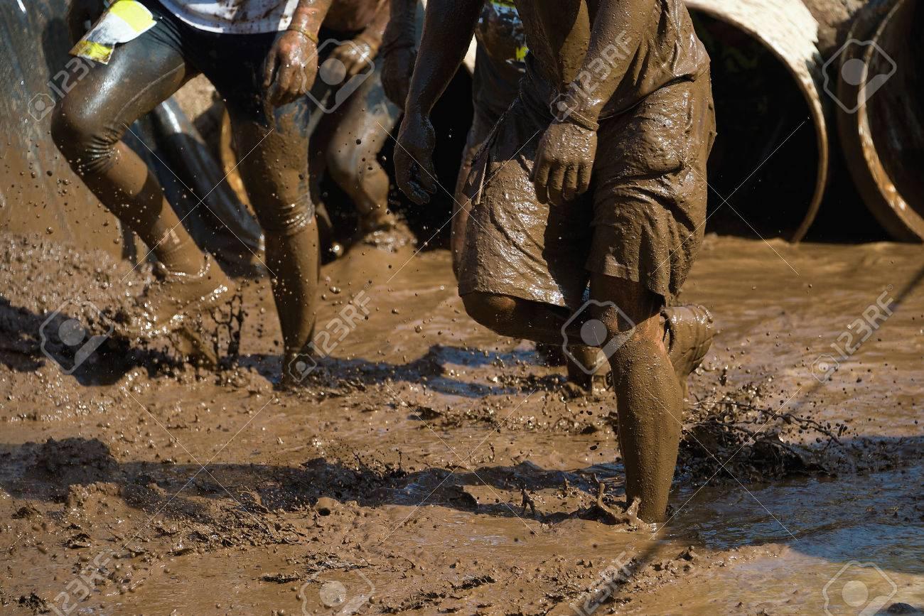 Mud race runners - 45126799