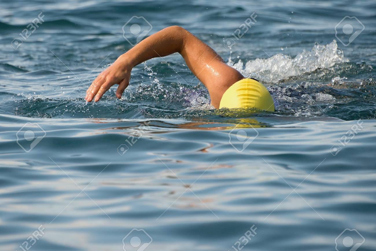 Rastreo Hombre Nadador Nadando En El Mar Azul, El Entrenamiento Para ...