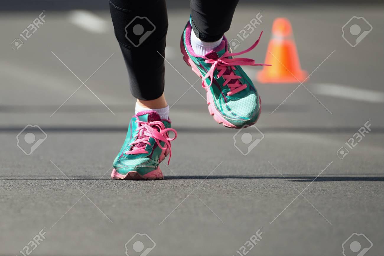 fornitore ufficiale selezione mondiale di grande sconto per Donna che funziona dettaglio maratona scarpe da corsa, sullo sfondo è cono
