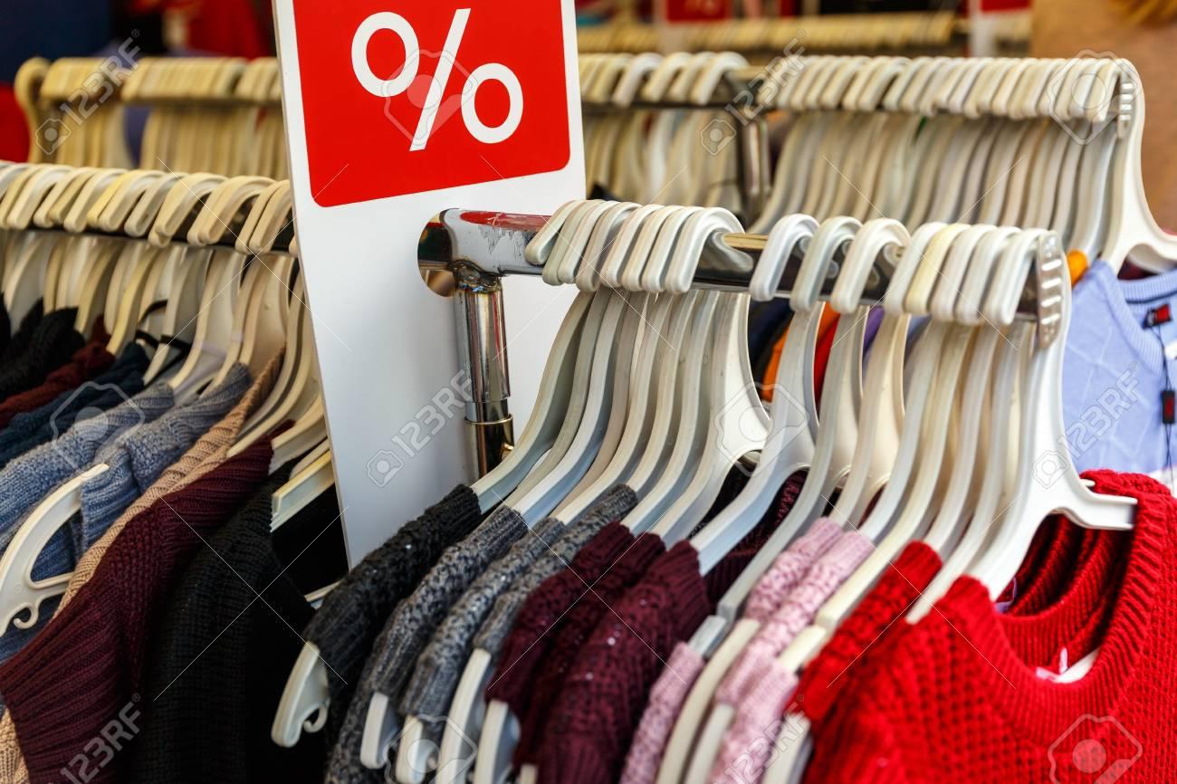 58736395ae Foto de archivo - Los hombres y las mujeres ropa de verano suéteres camisas  pantalones camisetas chaquetas abrigo a un descuento en la percha en la  tienda ...