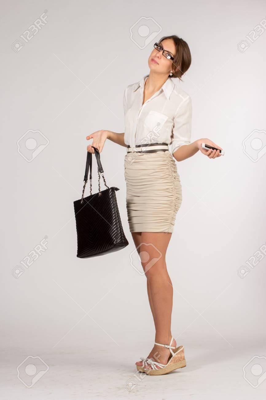 Et Mobile Avec Une Courte LunettesSac Femme Jupe Beige Dans Des D'affaires Téléphone wPn0O8k