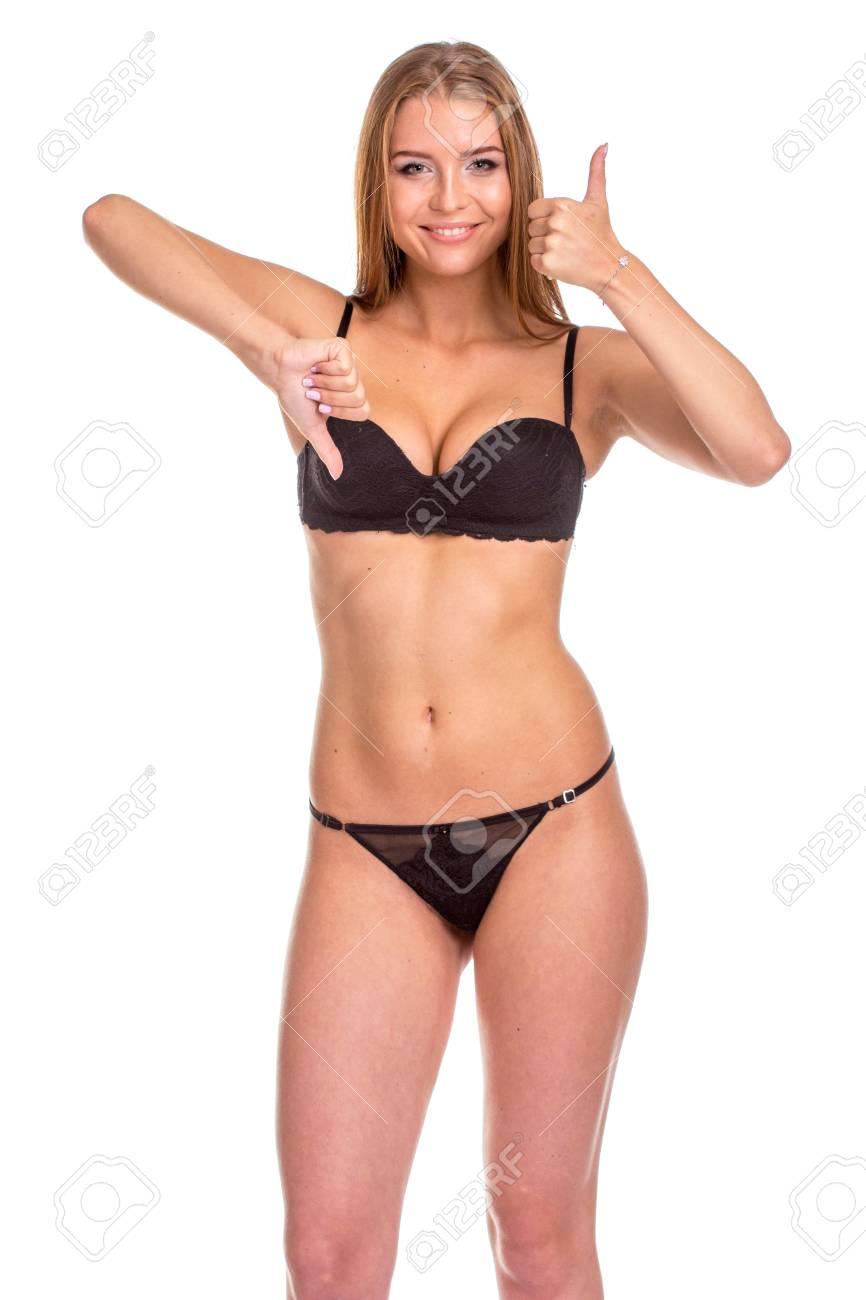 5bbf79244f Giovane donna sexy in biancheria intima nera che gesturing segnale GIUSTO,  isolato su bianco.