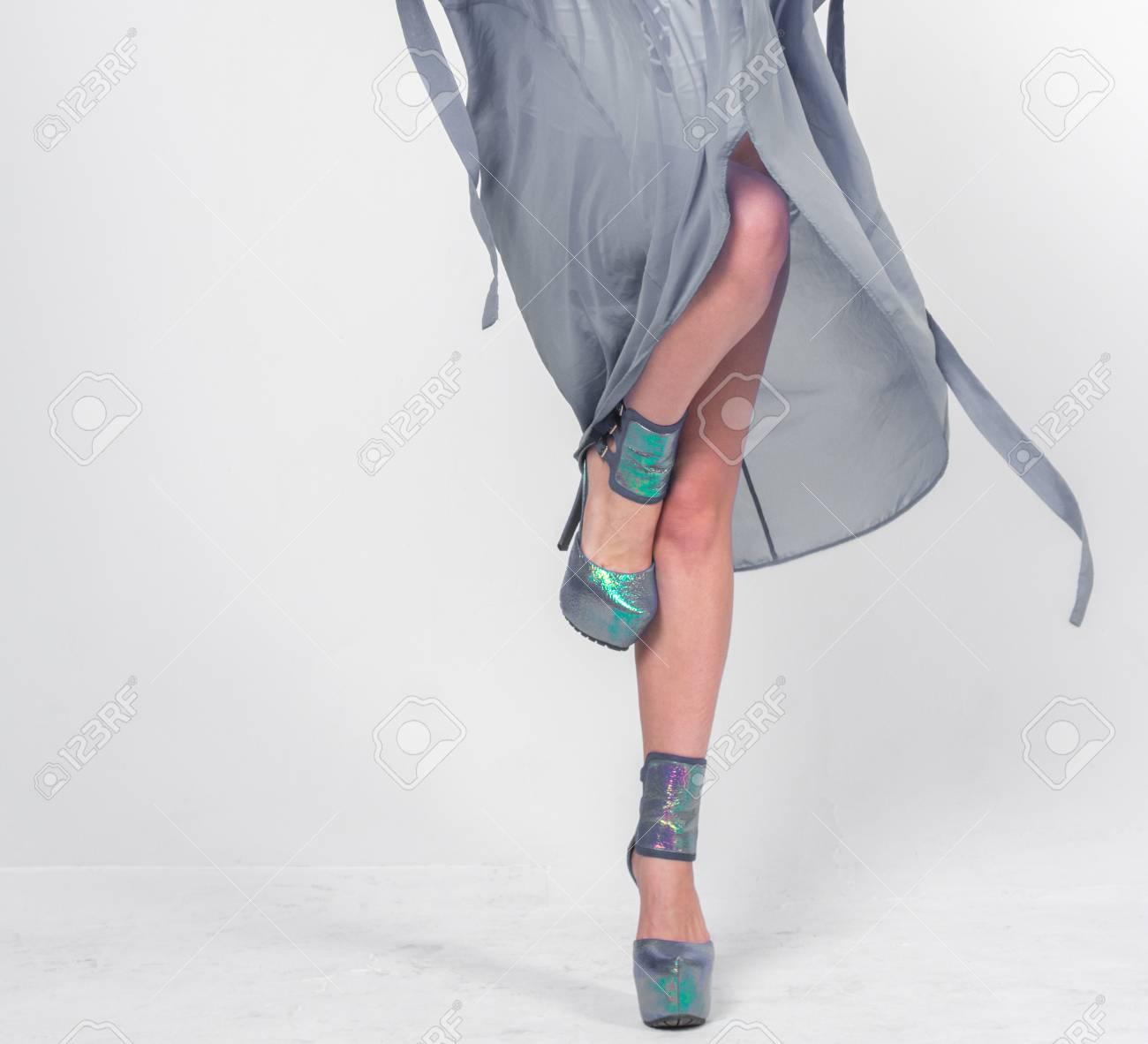 f8bb26b0ff0079 Hübsche Frau posiert in weißen Bademode und grauem Bademantel.  Standard-Bild - 74223226