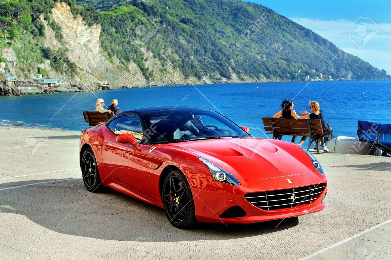 Rot Ferrari California T Speciale Handhabung Am Ufer Des Mittelmeers In Camogli Foto In Einer Städtischen Umgebung Camogli Ligure Italien Gefangen Lizenzfreie Fotos Bilder Und Stock Fotografie Image 56054846