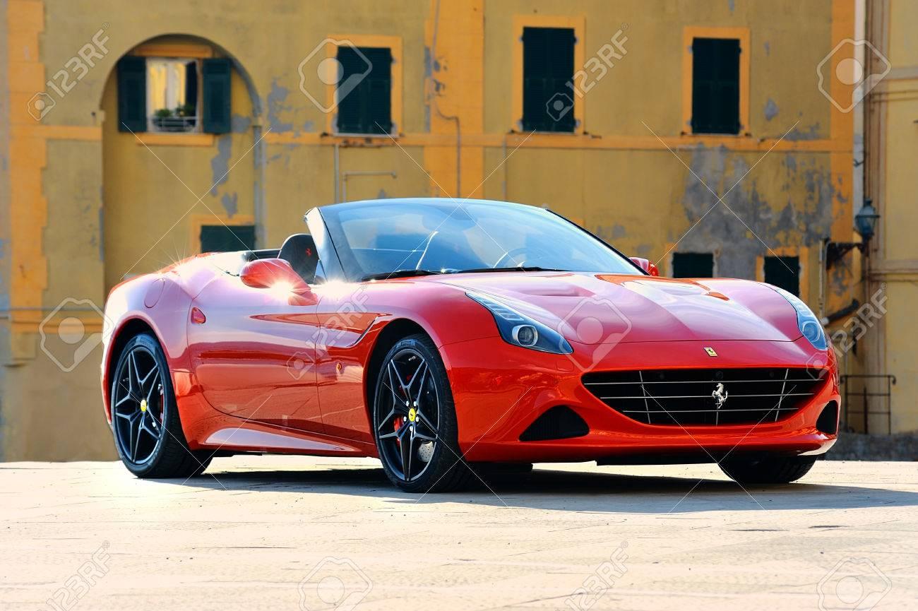 Rot Ferrari California T Speciale Handhabung Am Ufer Des Mittelmeers In Camogli Foto In Einer Städtischen Umgebung Camogli Ligure Italien Gefangen Lizenzfreie Fotos Bilder Und Stock Fotografie Image 56054853
