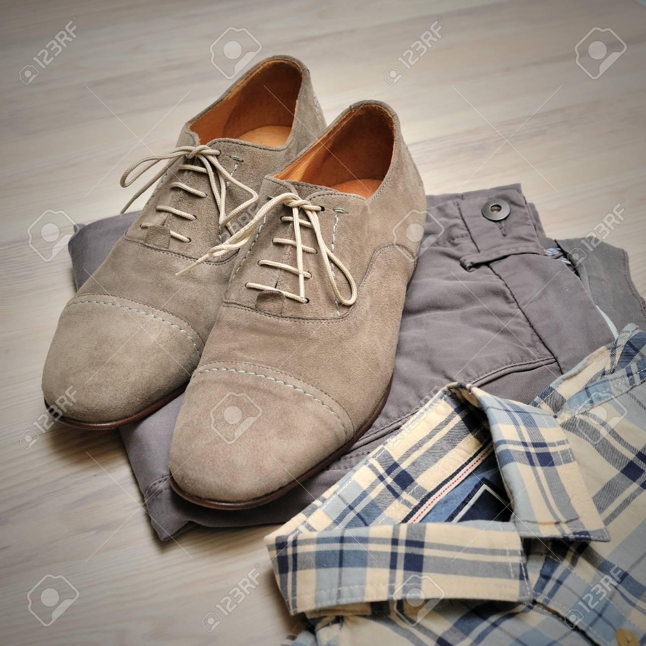 Pantalones beige, camisa a cuadros y zapatos de gamuza gris. Vista aérea de trajes casual para hombres.