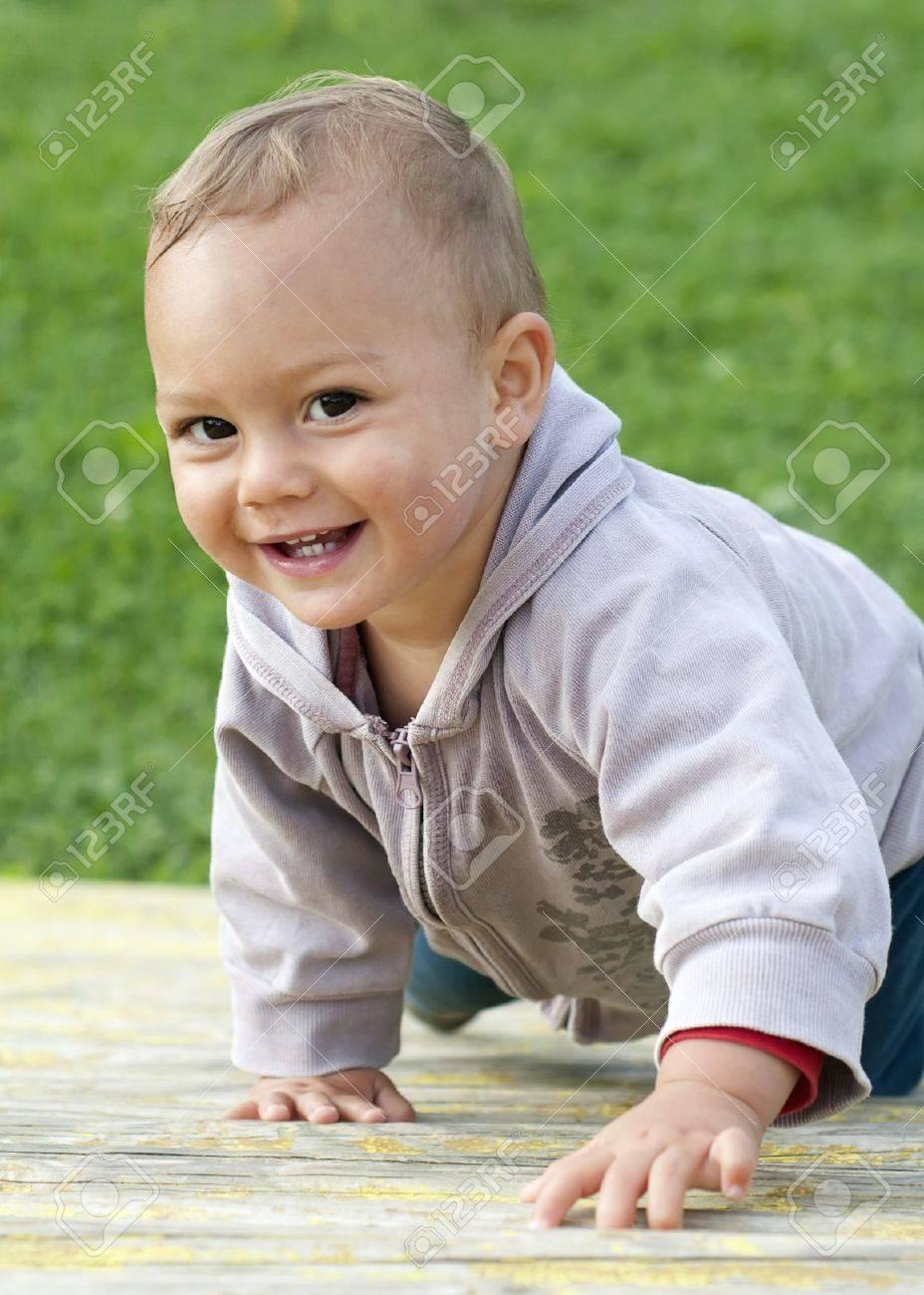 Retrato De Un Niño Sonriente Niño Feliz Que Sube En Un Marco ...
