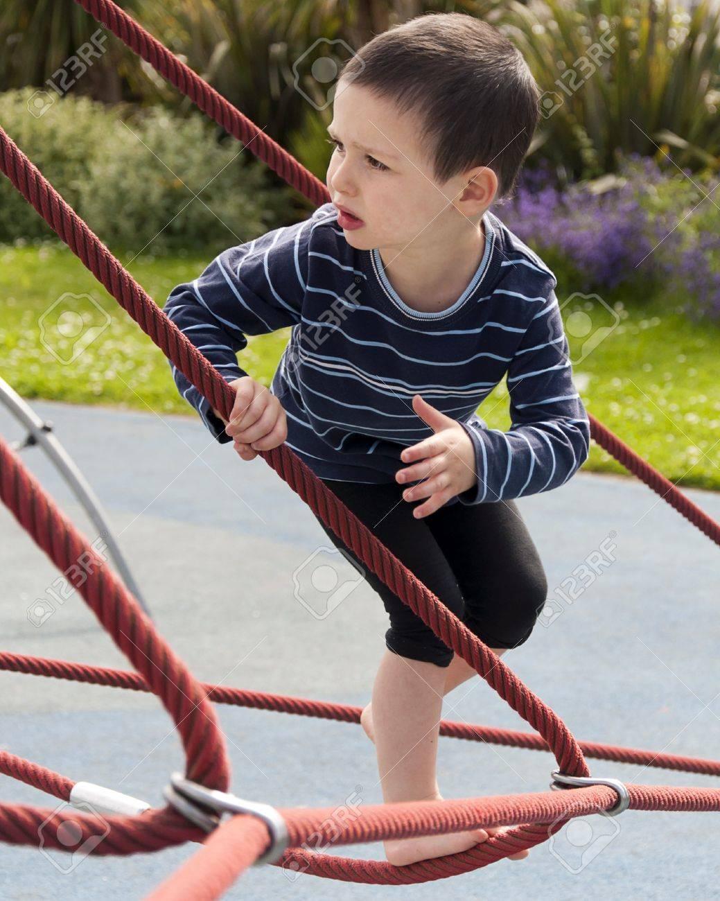 Niño Jugando Descalzo En El Patio De Una Cuerda De Escalada Equipo ...