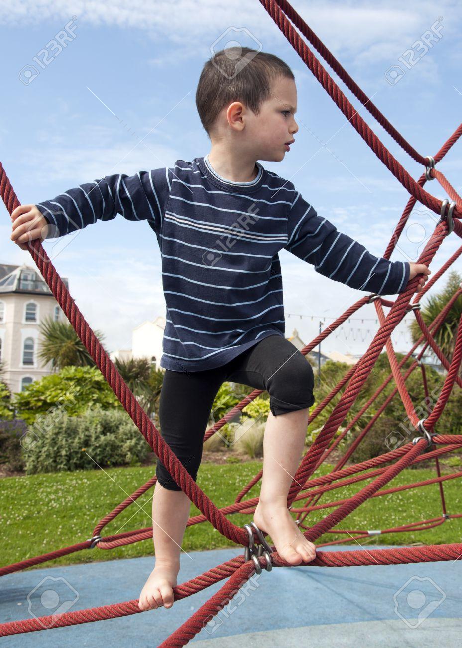 Kinder Spielen Barfuß Am Spielplatz Auf Einem Seil Klettergerüst ...