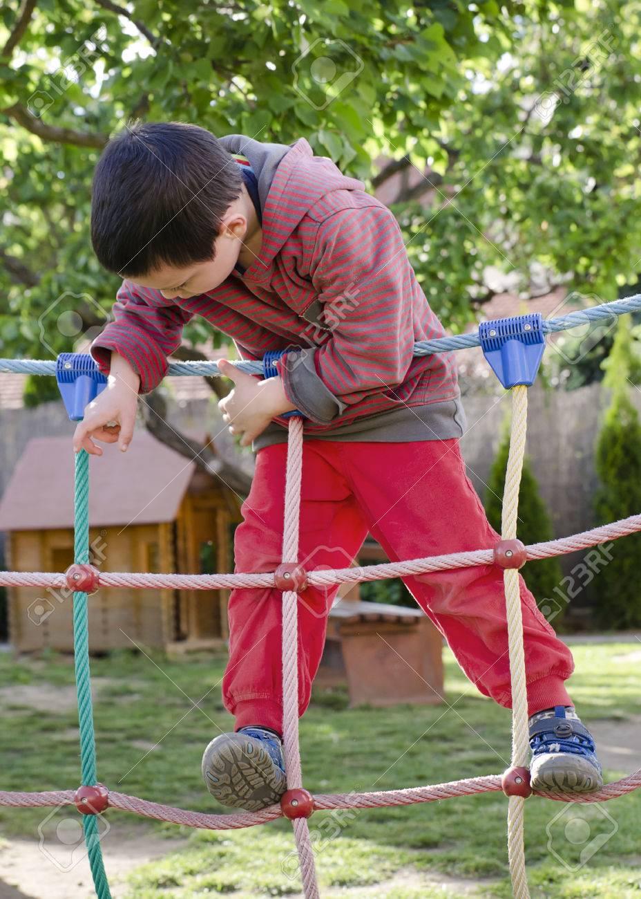 Niño Que Juega En Patio De Los Niños, La Escalada En Equipos Carrera ...