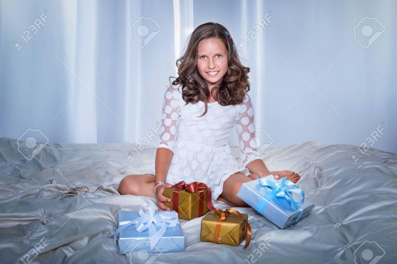 Junge Schöne Teenager-Mädchen Vorbereitung Weihnachtsgeschenke ...