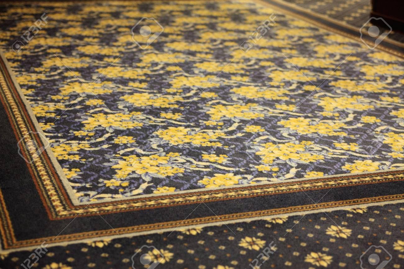 Teppich gezeichnet  Der Teppich, Mit Dem Eine Gelbe Blume Gezeichnet Wurde ...