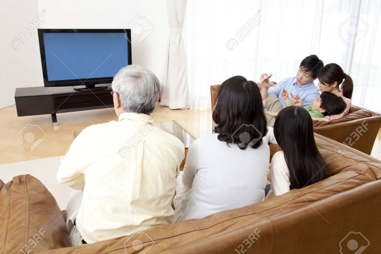 Of large families watch TV - 51157477