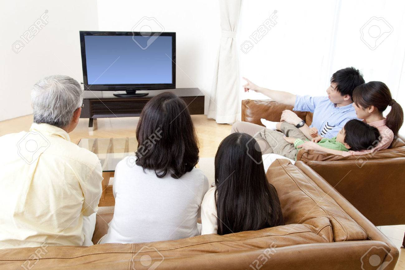 Of large families watch TV - 51157475