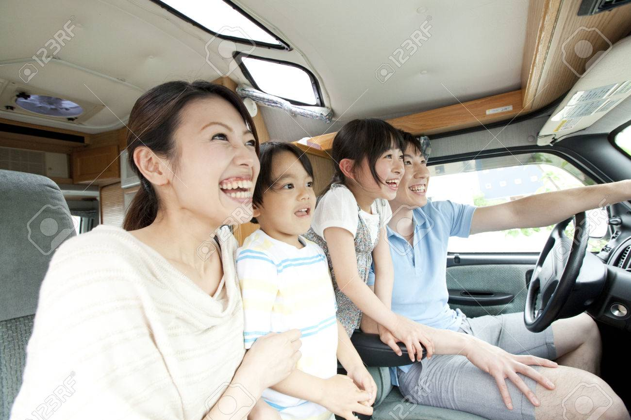 Parent driving with their children - 51307182