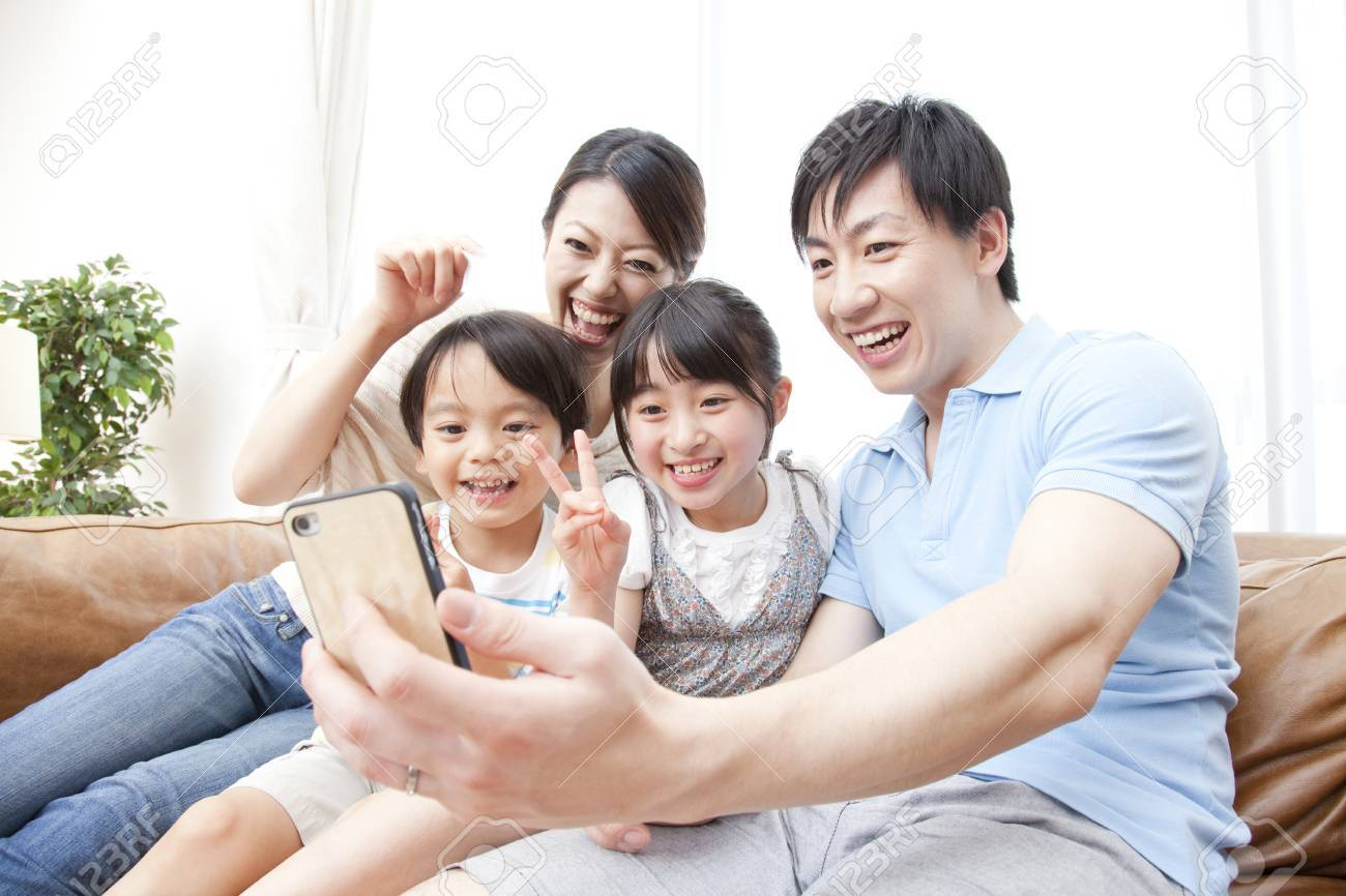 Parent and child to take a picture with a smart phone Standard-Bild - 51307188