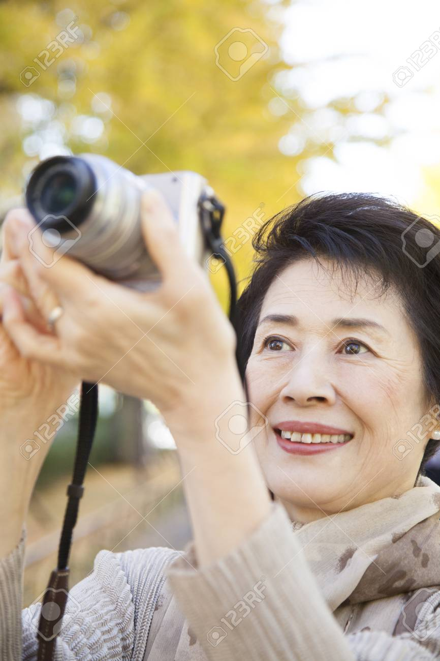 Senior women who set up a digital camera - 43746682