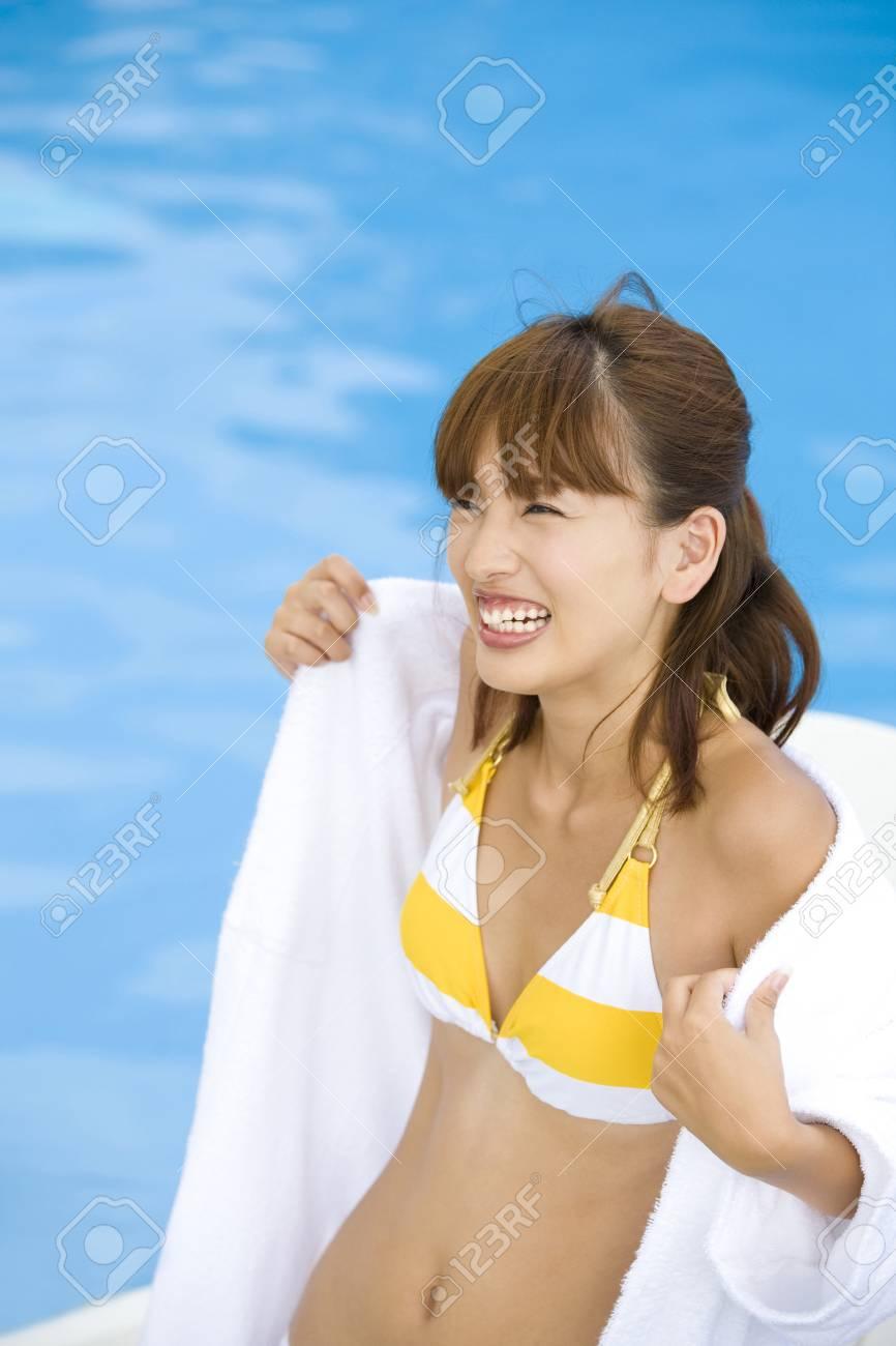 Piscina Que Traje Baño Se Quitan En Bata Mujeres La De Las qpVzMSU