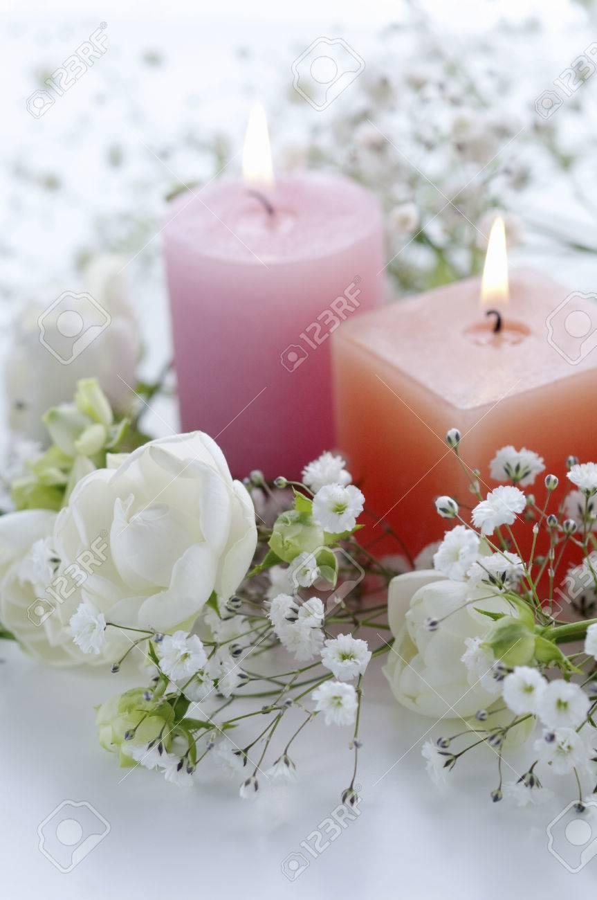 blanco arreglos florales flores y velas foto de archivo