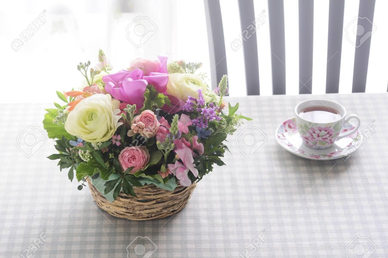 Arreglos Florales Y Té En La Mesa
