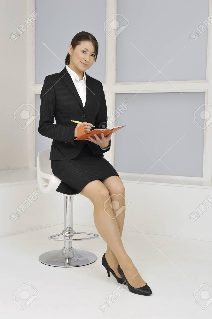 椅子に座っている OL の写真素材・画像素材 Image 42493166.